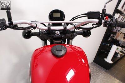 YAMAHA SCR950 Racing Red huurmotor